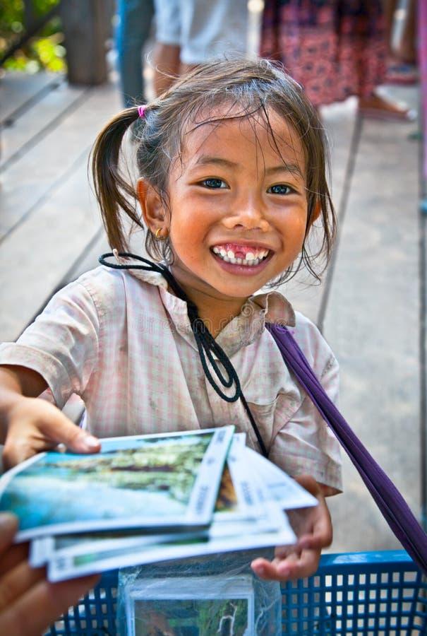 Flickagatasäljare i Angkor Wat, Cambodja arkivbilder