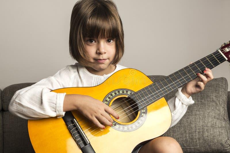 flickagitarr little som leker fotografering för bildbyråer