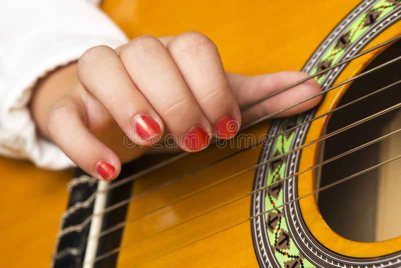 Download Flickagitarr Little Som Leker Arkivfoto - Bild av musikal, hobbyer: 76703946