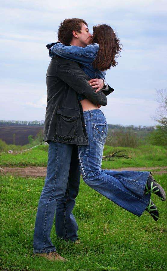 flickagrabb hans kyssar arkivbilder