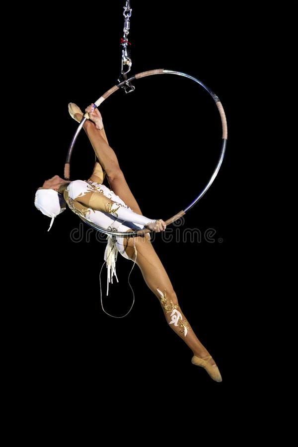 Flickagymnast i cirkusen E Rysk cirkus En gymnast under kupolen av en cirkus royaltyfria bilder