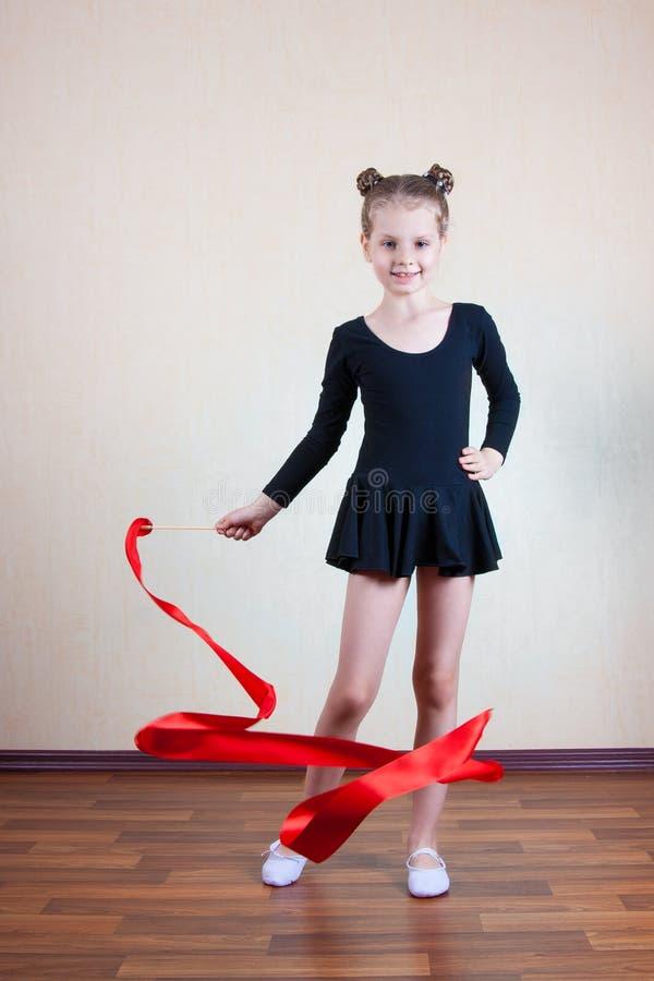 Flickagymnast med det röda bandet royaltyfri bild