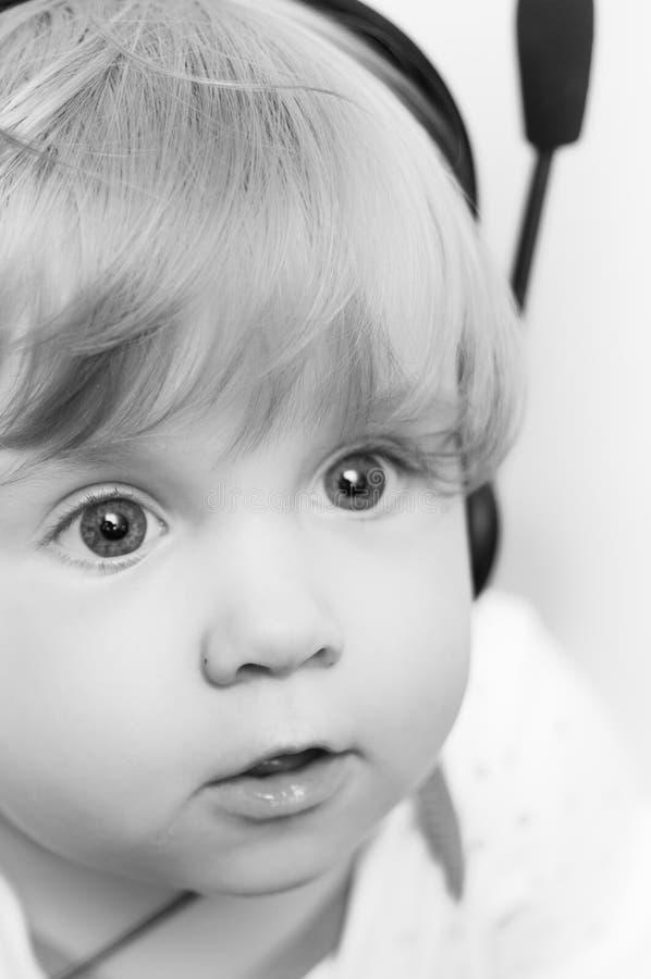 flickahörlurar med mikrofonbarn royaltyfria bilder
