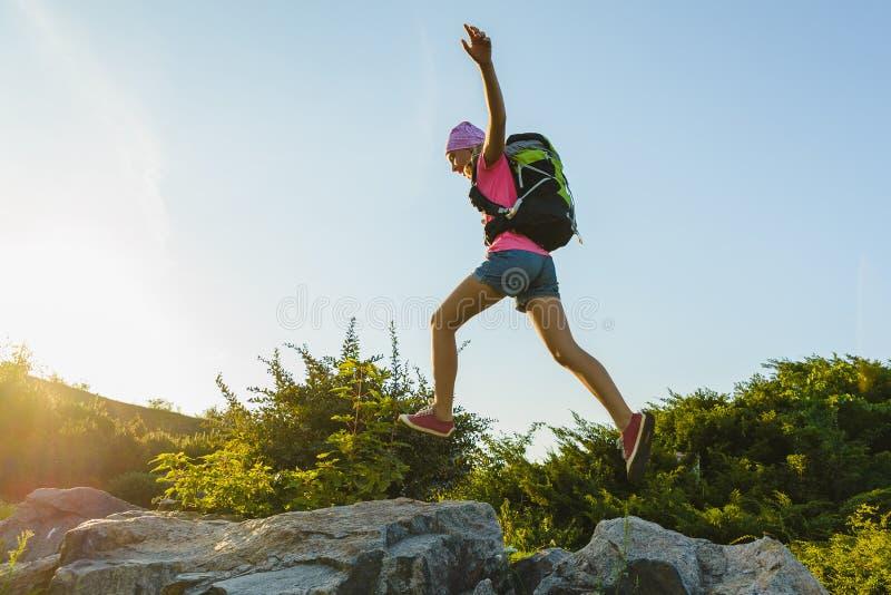 Flickahandelsresande med ryggsäckbanhoppning Affärsföretag lopp, turismbegrepp arkivfoton