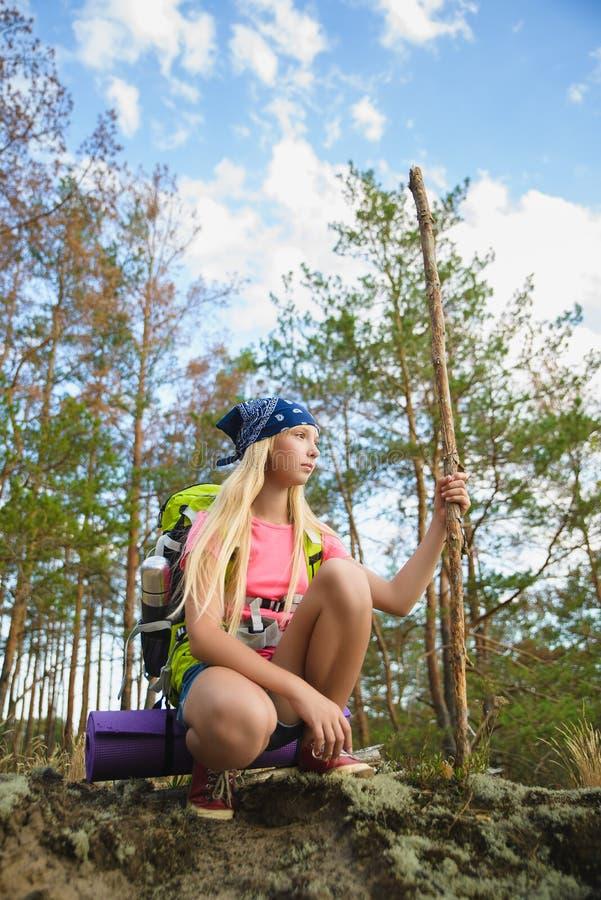 Flickahandelsresande med ryggsäcken i kulleskogaffärsföretaget, lopp, turismbegrepp arkivfoto