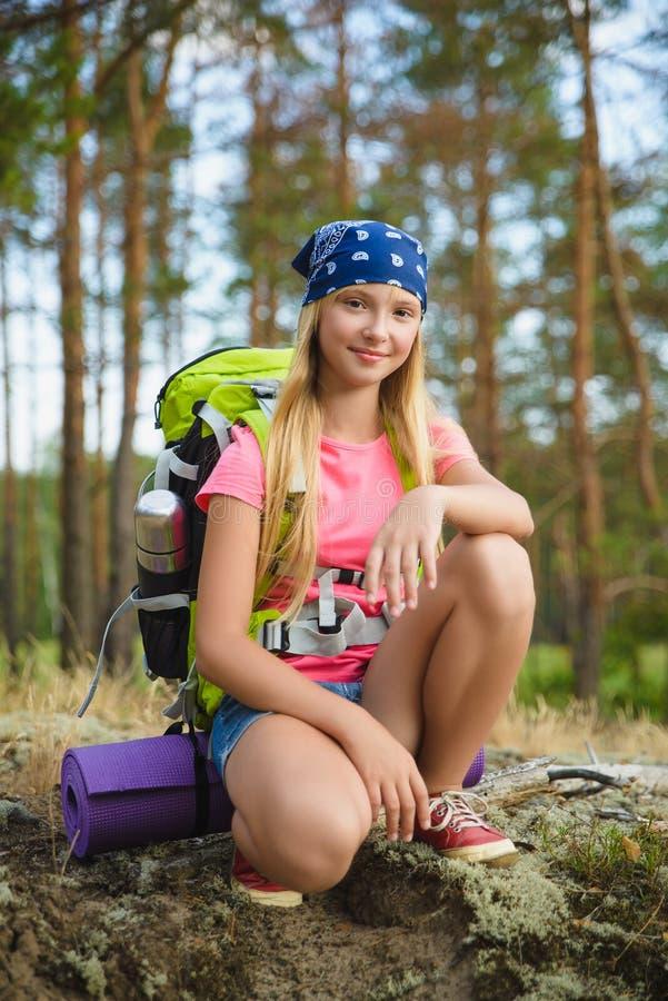 Flickahandelsresande med ryggsäcken i kulleskogaffärsföretaget, lopp, turismbegrepp royaltyfria foton