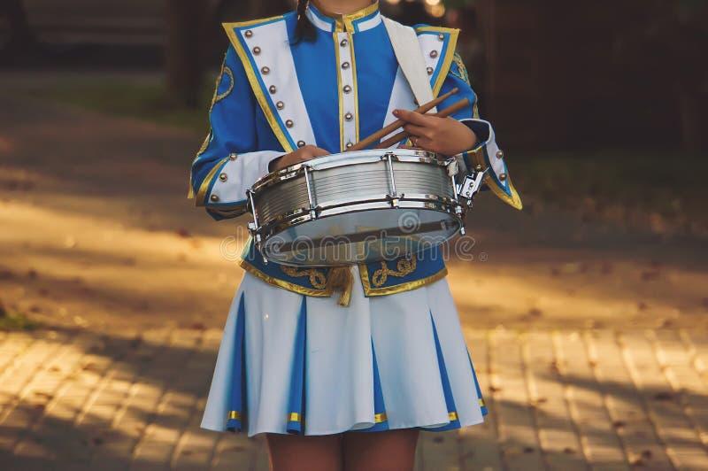 Flickahandelsresanden i den härliga ceremoniella markisviten rymmer royaltyfri fotografi