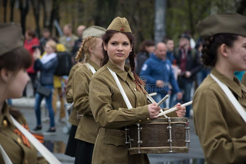 Flickahandelsresanden i den sovjetiska likformign för soldat` s royaltyfria foton