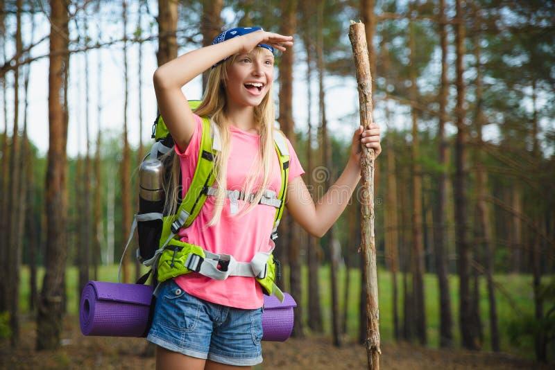 Flickahandelsresanden med ryggsäcken ser in i avstånd Lopp- och turismbegrepp royaltyfria bilder