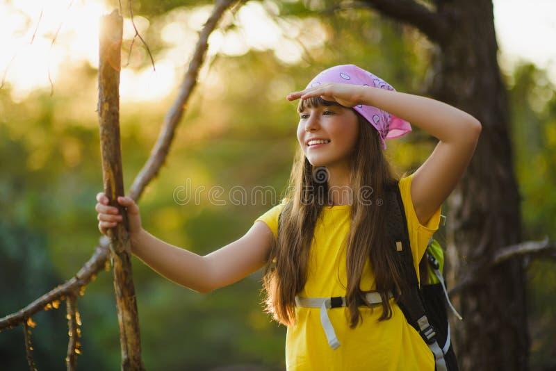 Flickahandelsresanden med ryggsäcken ser in i avstånd Lopp- och turismbegrepp royaltyfri foto