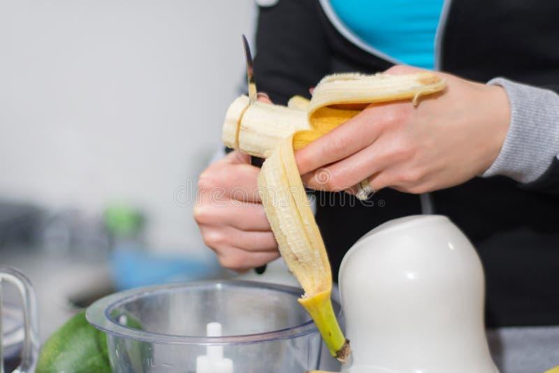 Flickahandsnitt och förbereda sigbanan för smoothie royaltyfri bild