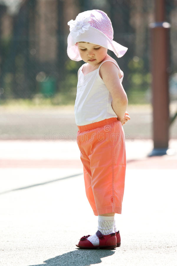 flickahatt little som är allvarlig arkivfoto