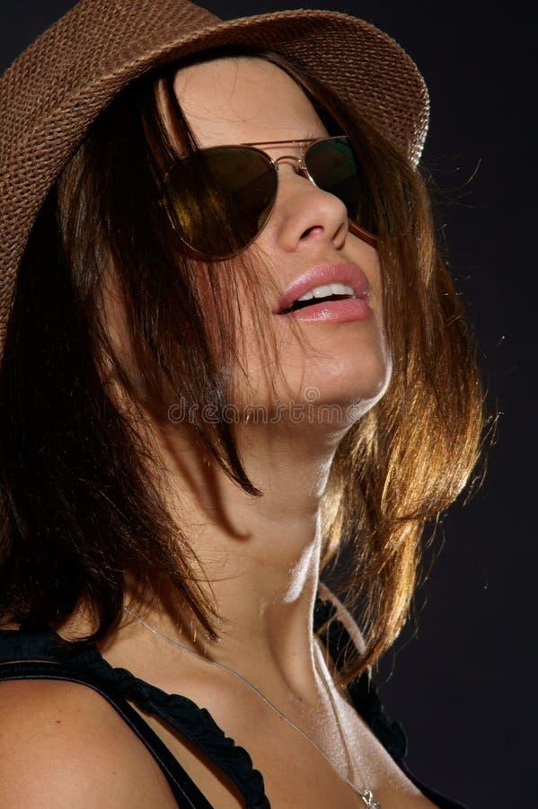 flickahattsolglasögon arkivfoto