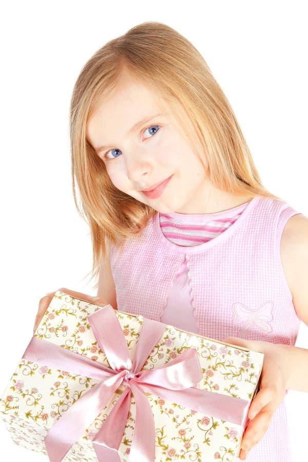 flickaholding över le white för present arkivfoto
