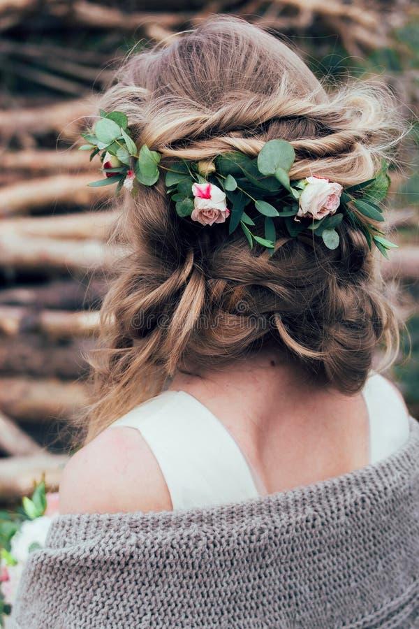 Flickahuvudet med steg blommor i frisyr arkivfoton