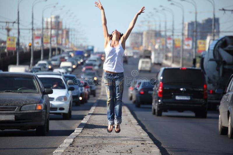 flickahuvudvägen hoppar mitten arkivfoto
