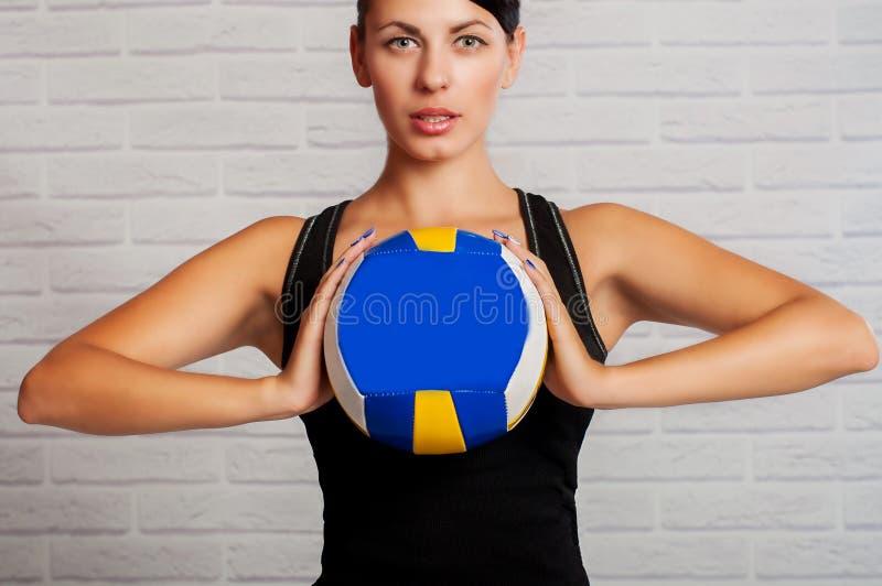 Flickaidrottsman nen med bollen i hans händer arkivfoto