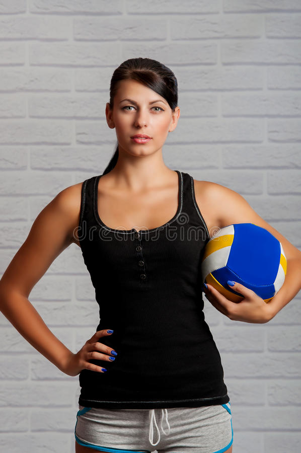 Flickaidrottsman nen med bollen i hans händer fotografering för bildbyråer