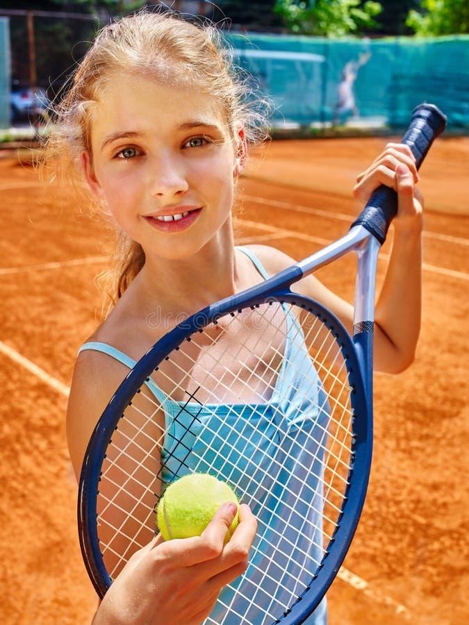 Flickaidrottsman nen med racket och boll på tennis royaltyfria bilder