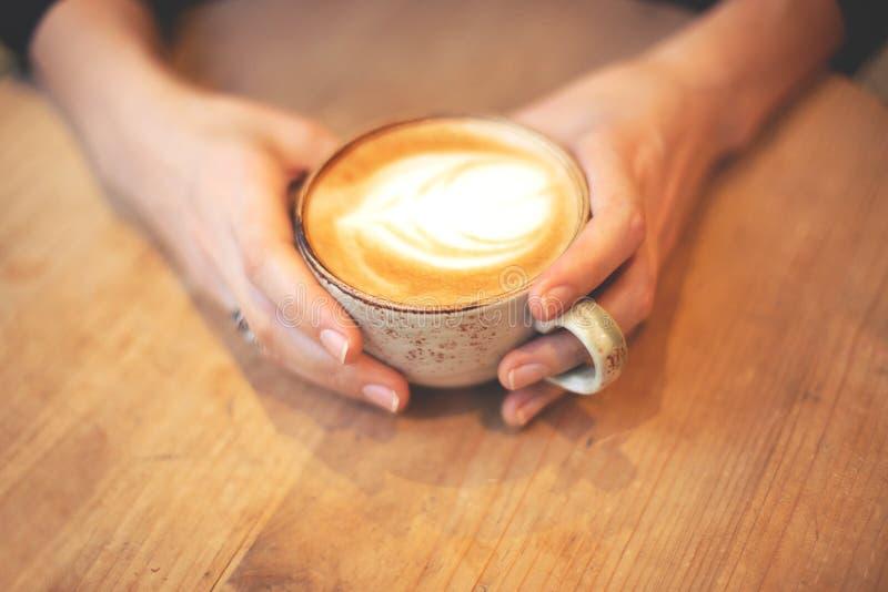 Flickainnehav en kupa av kaffe royaltyfri bild