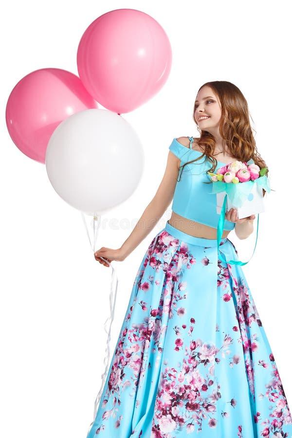 Flickainnehavballonger, ask med blommor och le arkivfoton