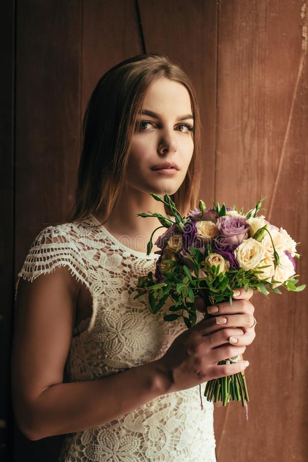 Flickainnehavet blommar i händer, ung härlig brud i den vita dren arkivbild