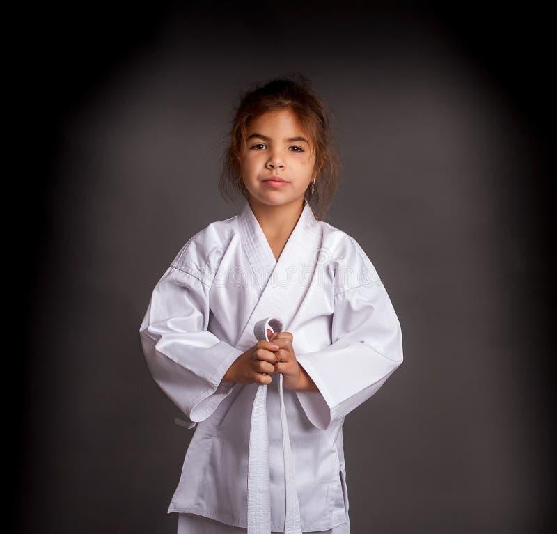 Flickakaratek i en kimono royaltyfri bild
