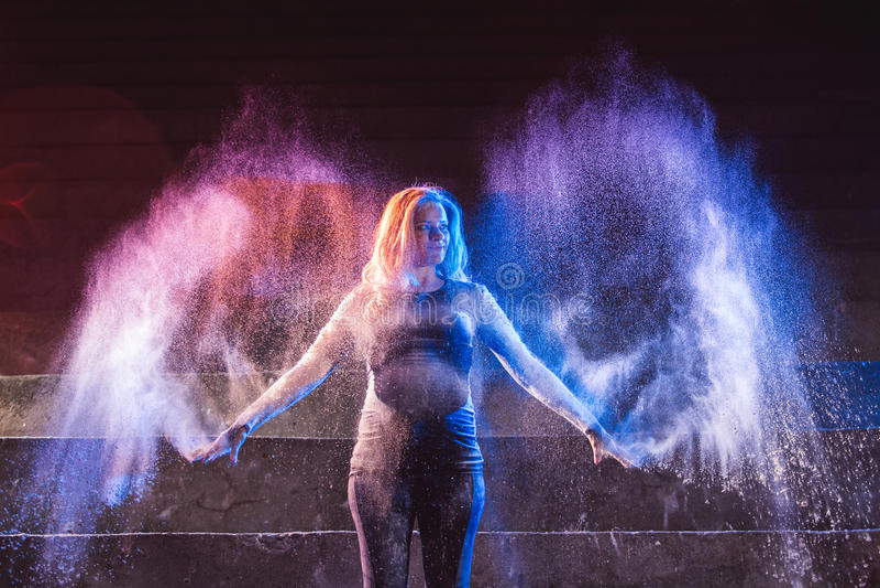 Flickakast färgar pulver i form av ängelvingar royaltyfri foto