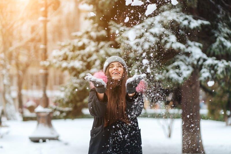 Flickakasten snöar upp i staden arkivfoto
