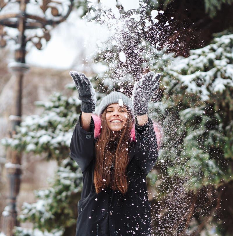 Flickakasten snöar upp i staden royaltyfri bild