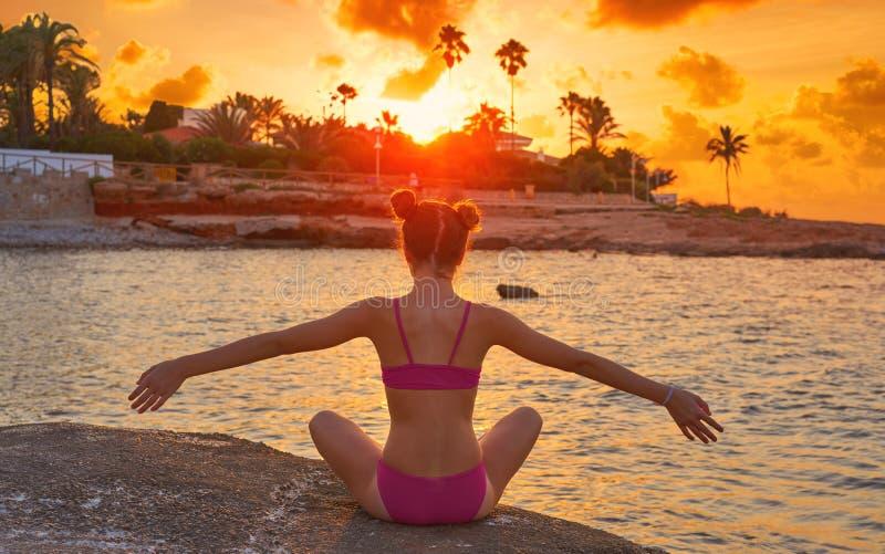 Flickakonturn på öppna armar för stranden kopplade av royaltyfri fotografi