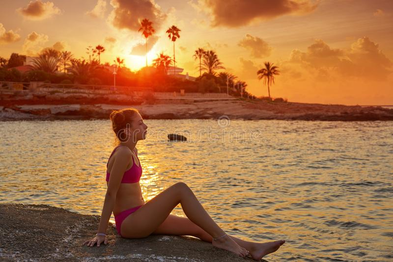 Flickakonturn på strandsolnedgången kopplade av royaltyfri foto