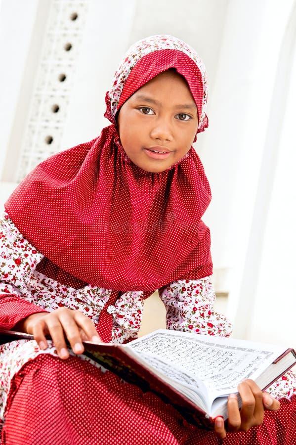flickaKoranenavläsning royaltyfri bild