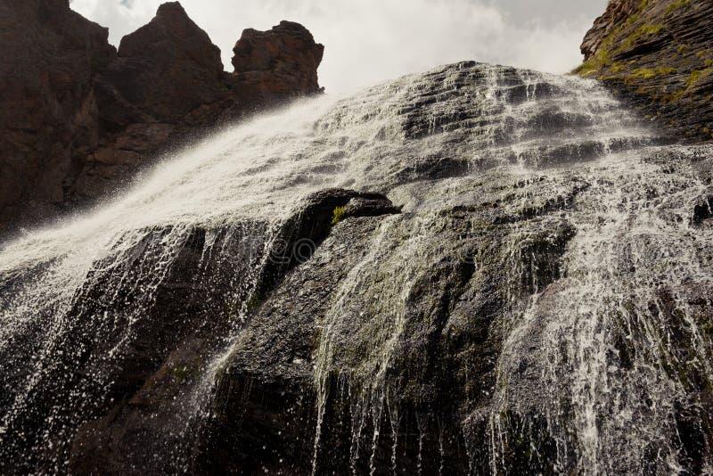 Flickaktiga flätade trådar för vattenfall, by Terskol Elbrus större Kaukasus arkivbilder