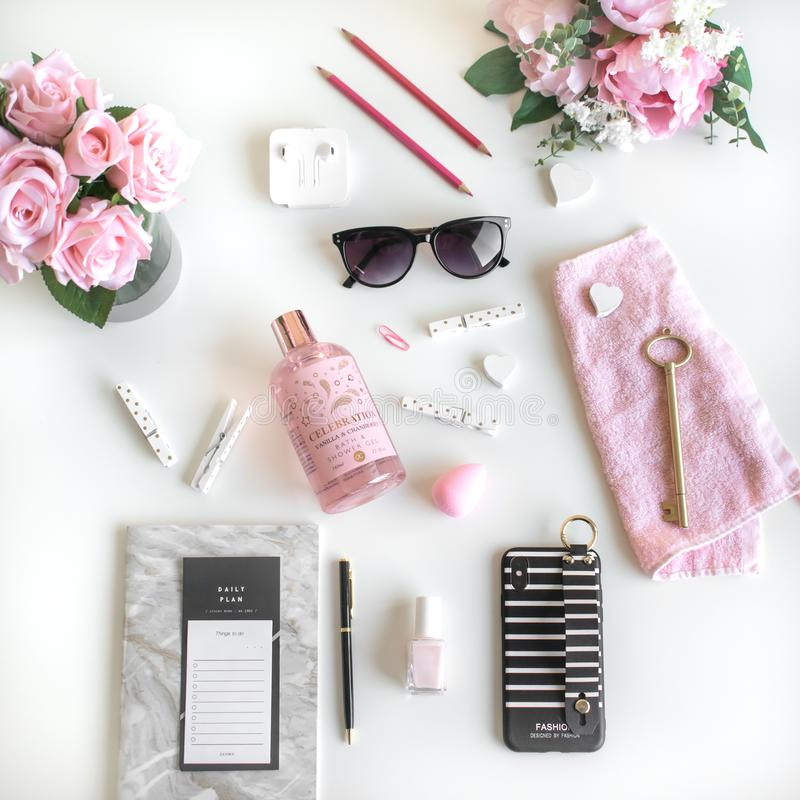 Flickaktigt lägger lägenheten med olik tillbehör Rosa rosa, vitt, svart royaltyfri bild