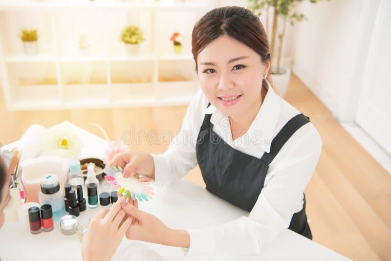 Flickakunden väljer färgen av testers arkivbild