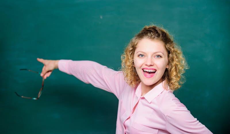 Flickalärare på skolakursen Formell informell och nonformal utbildning tillbaka skola till tom blackboard lycklig deltagare royaltyfri foto
