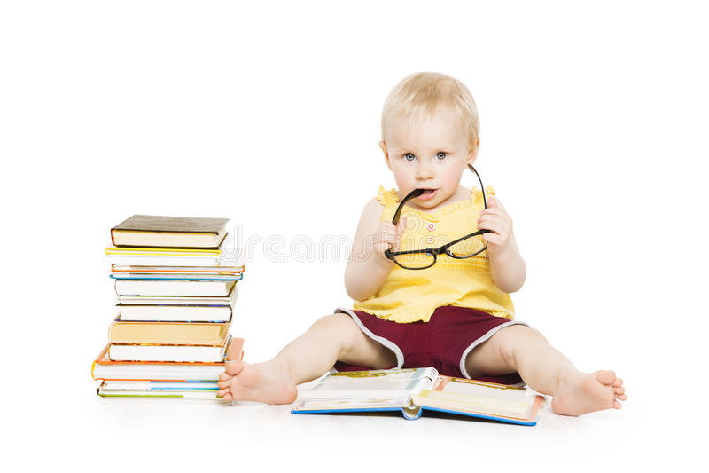 Flickaläsebok för litet barn i exponeringsglas, liten ungeutveckling arkivbild
