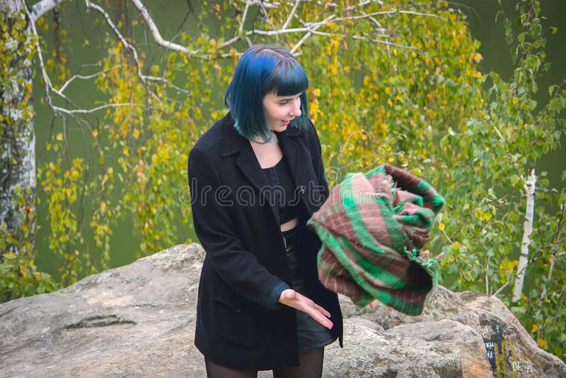 Flickalås plädet på berget utomhus royaltyfri foto