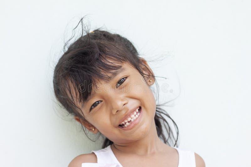 Flickaleende som först visar de permanenta tänderna arkivbild