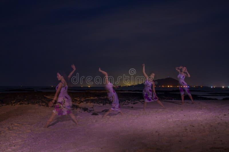 Flickalekar i stranden, mutiple royaltyfria foton