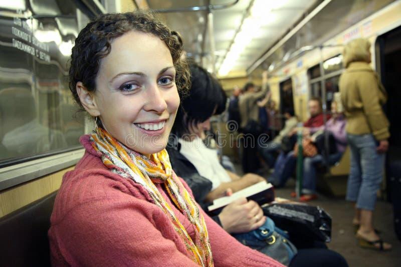 flickametrogångtunnel arkivfoto