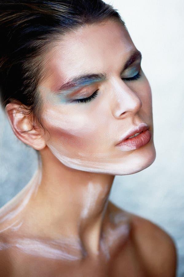 Flickamodell med idérik makeup, målarfärgslaglängder på framsidan idérik person Ögon stängde sig, tillståndet av slummer och sali fotografering för bildbyråer
