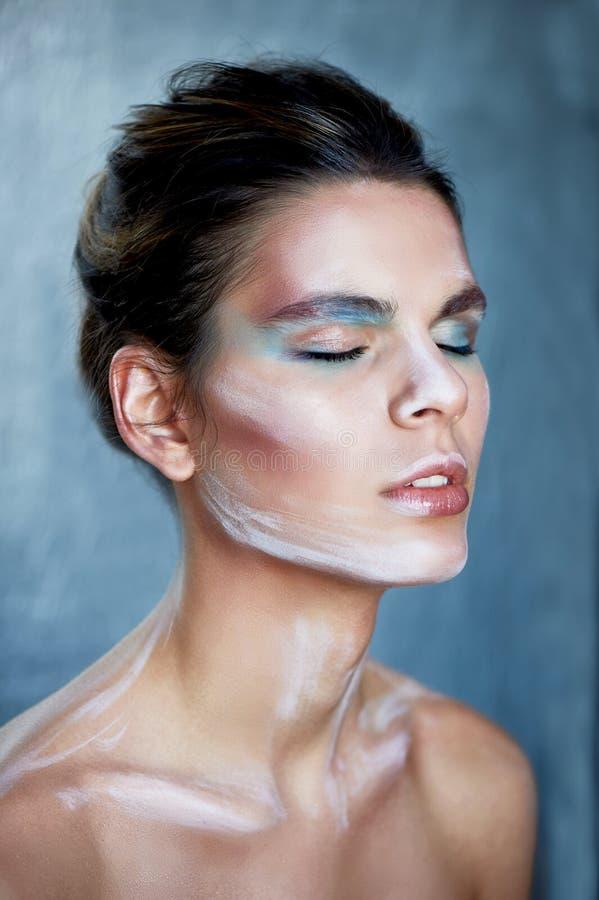 Flickamodell med idérik makeup, målarfärgslaglängder på framsidan idérik person Ögon stängde sig, tillståndet av slummer och sali royaltyfri foto
