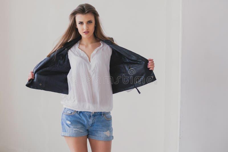 Flickamodell som poserar i studion arkivfoton