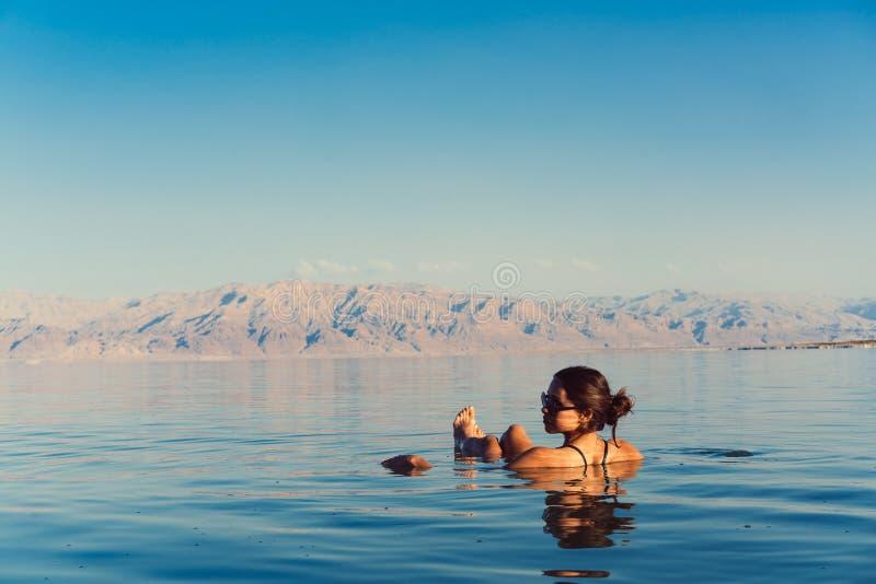 Flickan är avslappnande och simning i vattnet royaltyfria bilder