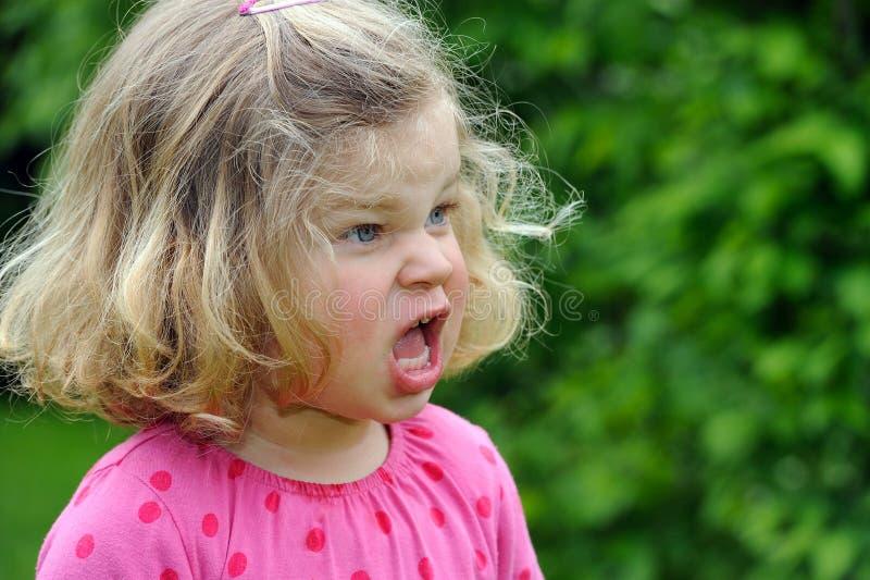 Flickan är ilsken royaltyfri bild