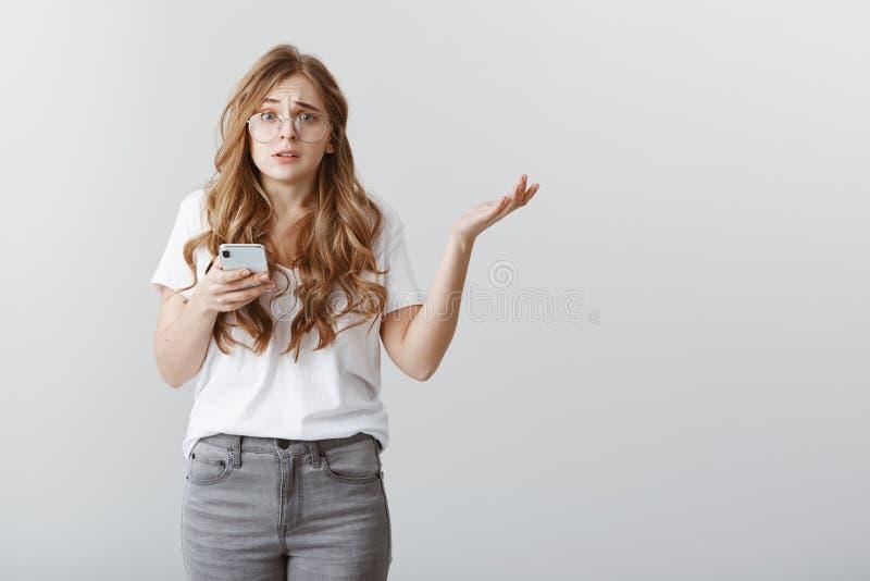 Flickan är korkad vem överförde det löjliga meddelandet Stående av den bekymrade förvirrade attraktiva kvinnan med blont hår i ex arkivfoto