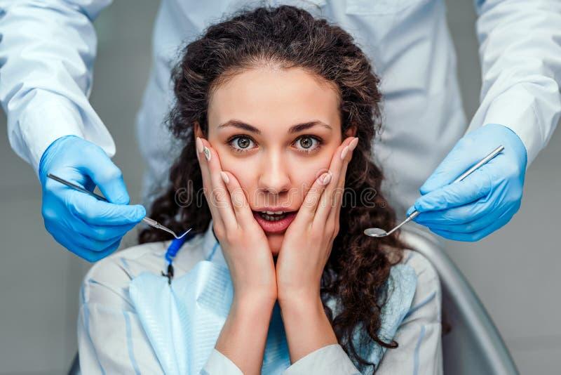 Flickan är rädd av tandläkaren Close upp sikt royaltyfri fotografi