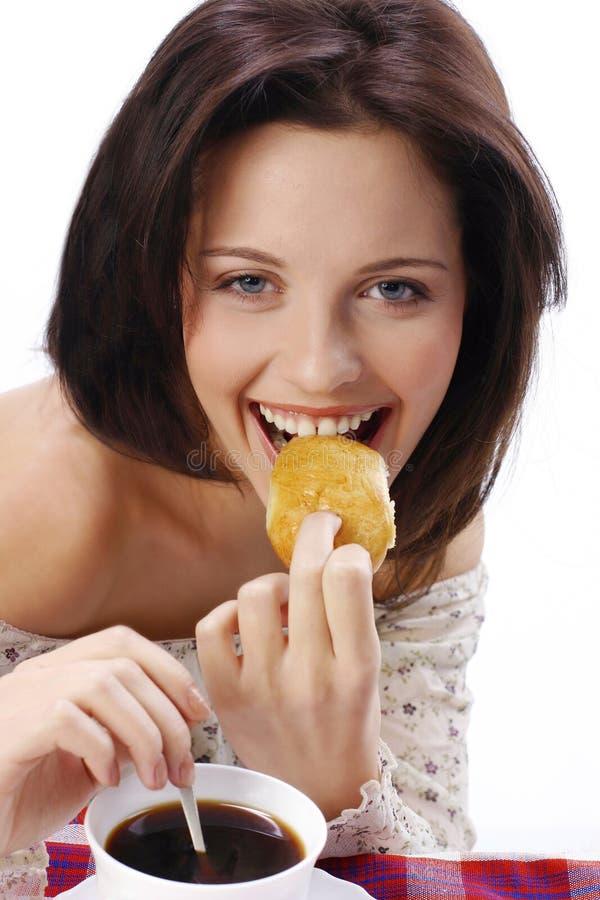Flickan äter pajen royaltyfri fotografi